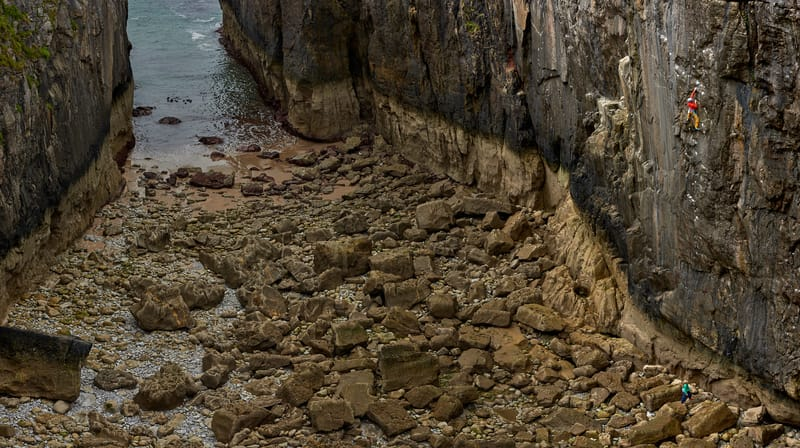 Roland Hemetzberger climbing the hard and dangerous Point Blank in Pembroke, Wales. ©Paolo Sartori